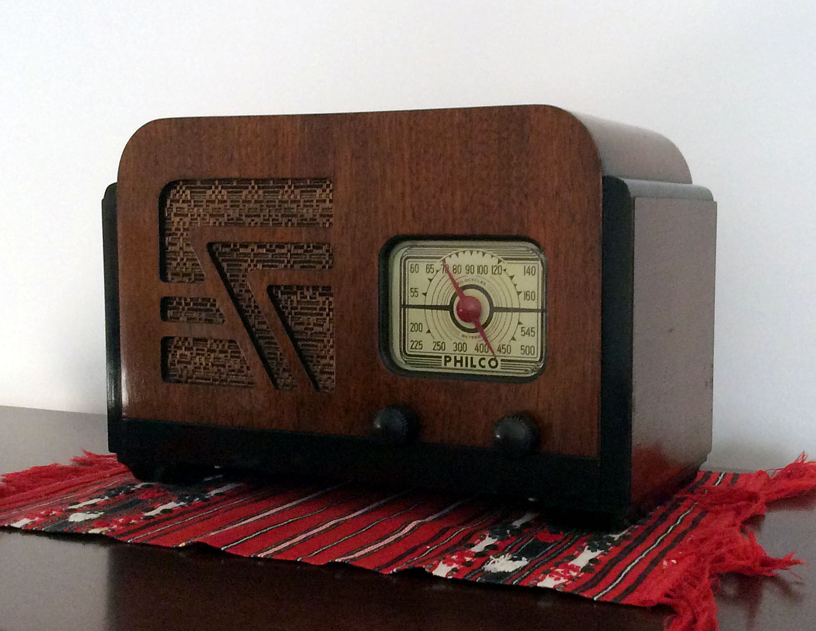 Philco 32A<br />Fantastic radio found at an Antique barn. Here is the radio all cleaned up. It was filthy. Minor finish scratches and nails for the feet replaced with felt pads. : Figure 82 :