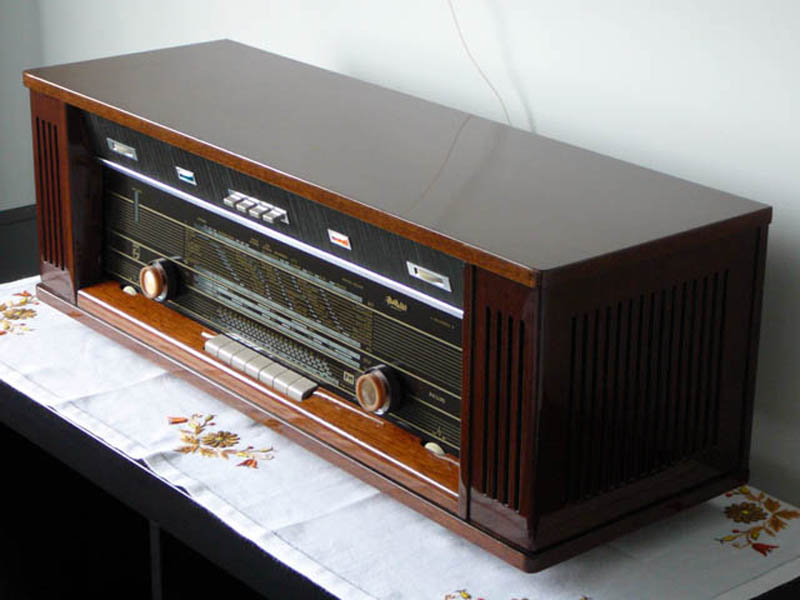 Philips B7X44A/03 (1965)<br />This radio was picked up at a local garage sale. Only missing a knob and a small ding on top. Fully working radio with a wonderful spring reverb sound effect. Very loud. : Figure 35 :